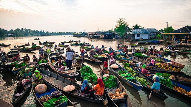 Wisata Pasar Terapung Muara Kuin